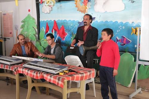 シリアの歌を歌う生徒