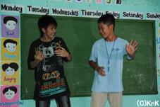 男の子に手を引かれてダンスをするレポーターの二人