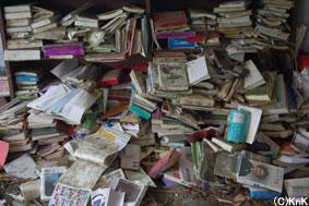 散乱した図書館の本