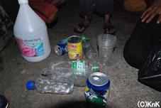 ジェシカちゃんが持っていた袋の中を見せてくれました。ペットボトルやプラスチックのボトルなどを「マネーマネー」といって袋から取り出していたのが強く印しょうに残っています。