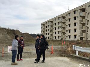 津波の教訓を伝える陸前高田市の震災遺構の一つ:下宿定住促進住宅の前にて