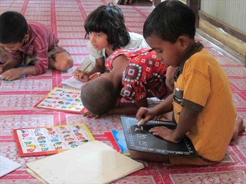 ベンガル語を練習する子どもたち