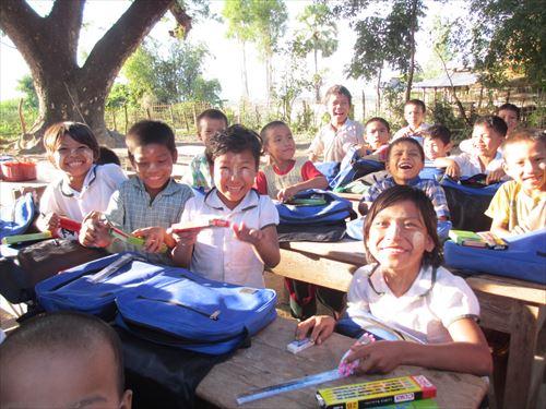 新しい通学バックに思わず笑顔がはじけます。