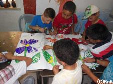 アートの授業、みんなで協力して作品作り