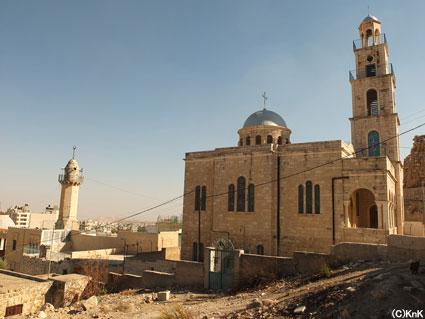 左の建物がモスク、右が教会