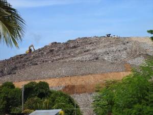 マニラ首都圏中から集められるゴミの集積所(スモーキー・マウンテン)。 幼い子どもがブルドーザーに巻き込まれて死亡したケースもある。