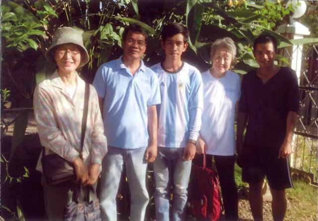 KnK現地事務所の責任者のダカンさん(左から二人目)。バッタンバンの現代美術館で働いている二人の卒業生と共に