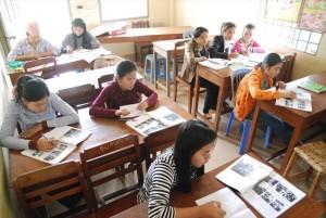 「若者の家」で行われる英語クラス。年齢問わず、コミュニティにも開かれています
