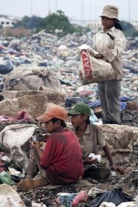 ゴミ山で働く子どもたち/ 2005年  (C)Atsushi Shibuya