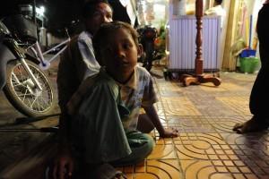 レストランに来る観光客に、食べ物やお金を求める子ども/2013