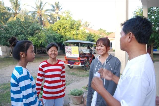 KnKカンボジアのスタッフは、信頼がおける大人の一人。スタッフは、衣食住だけではなく、一人一人の成長やさまざまな経験で傷ついた心のケアもしています。