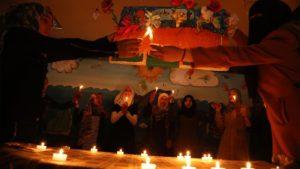 「演劇」の授業で故郷シリアへの想いを演じる少女たち