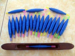 KnKカラーの「青」に染められた絹糸(KnKカンボジア)