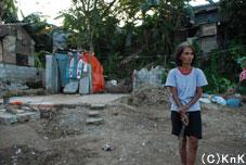 手作業で泥や瓦礫を取り除いても、再建するための資材が購入できない。