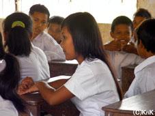 小学校で先生の話を熱心に聞く、 KnKの女の子