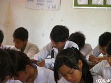 高校に通うKnKの男の子、センターではいつもおどけていたが、教室では熱心に先生の板書を熱心に書き写している