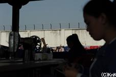 壁の内側で作業をする女性たち