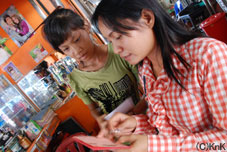 手紙を翻訳するスタッフとレア(左)