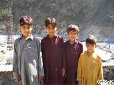 サッドバル君(写真一番左)、13歳。 友だちと作業の様子を見に来ていた。