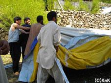 地元の人の協力によりテントが設営された。