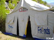 テントは4.8m×7.3mのサイズで、 40~50人の生徒が入る大きさである。