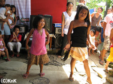 満面の笑みで踊りを披露する子どもたち