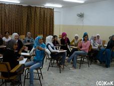 英語:アラビア語一切使用禁止!会話力重視のクラスは大人気です。  インストラクターは、British Councilからボランティアで来てくれています。