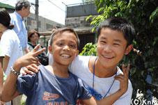 フィリピンを取材した友情のレポーター、 田崎陸くん(右)とケビン (2010年夏)