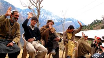 「女子校が村に必要だと思う人!」という声に、 はい!と手を挙げる人々