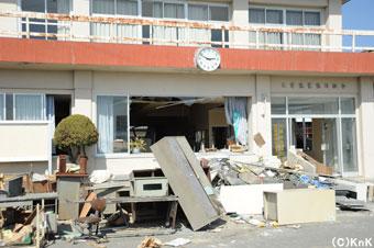 漁業組合の建物が被災してしまった。建物の時計はその時間で止まっている。