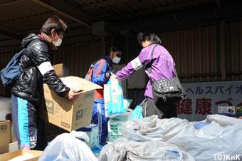 市役所ではボランティアの皆さんが物資の仕分けをしてくれました。