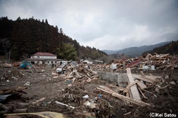 入江から続く川の上流7、8km地点からすでに 町は相当な被害を被っていた。