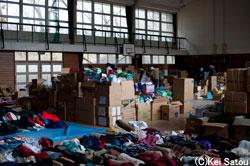 避難所に集まる物資。仕分け人員はまだ足りていない。