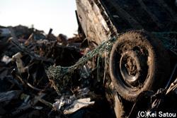 波に押し流され、潰れた車は、重く冷たい棺桶と化した。