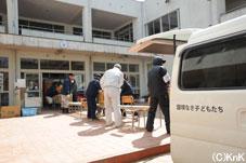 災害対策本部が置かれている広田町小学校。物資は流れ作業で校舎の奥へと運ばれていく。