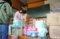 学校や公民館が避難所として利用されている。長部地区双六公民館の方に生活協同組合パルシステム東京のオムツと全日空のひざ掛けをお渡しした。
