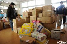 物資の仕分けは地元の中高生が ボランティアで働いている。