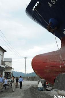 岸壁に乗り上げてしまった釜石港のタンカー