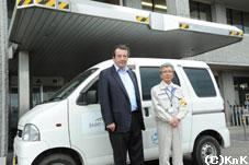 寄贈した車の前で山田町長と並ぶ フランス大使