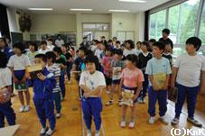 生徒50名に本が行き渡りました