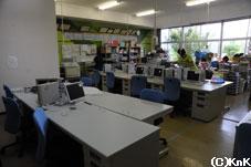 KnKが寄贈した職員室の机や椅子、ロッカー