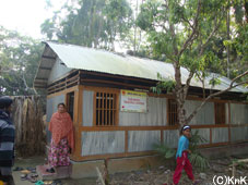 カマルカティ村の職業訓練センター外観。 電気はまだ来ていません。