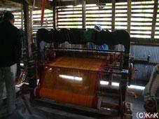 機織り職業訓練センターで使っている伝統的な機織り機。