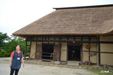 ふるさと村、かやぶきの屋根や囲炉裏のある古家。中では、馬が飼われていました。