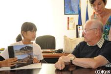 市長に釜石市が復興に向けて頑張っていることを伝えました