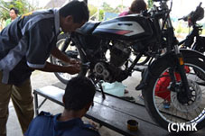 バイク修理を学ぶ彼らは非常に勉強熱心。