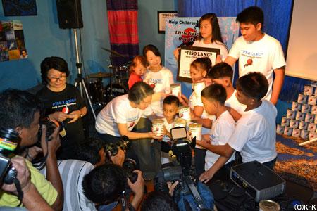 1ペソキャンペーンの募金の缶が国境なき子どもたちの会長に手渡されました。 当日はメディア取材も入り、翌朝の地元の朝刊で多数取り上げられました。