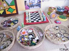 美術クラスの作品の展示および販売風景