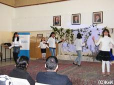 女子スポーツクラスによる ヨルダン伝統舞踊の披露