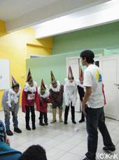 """7人の小人が登場。非公式教育プログラムの生徒らも同行、演劇""""Snow White""""を披露。"""
